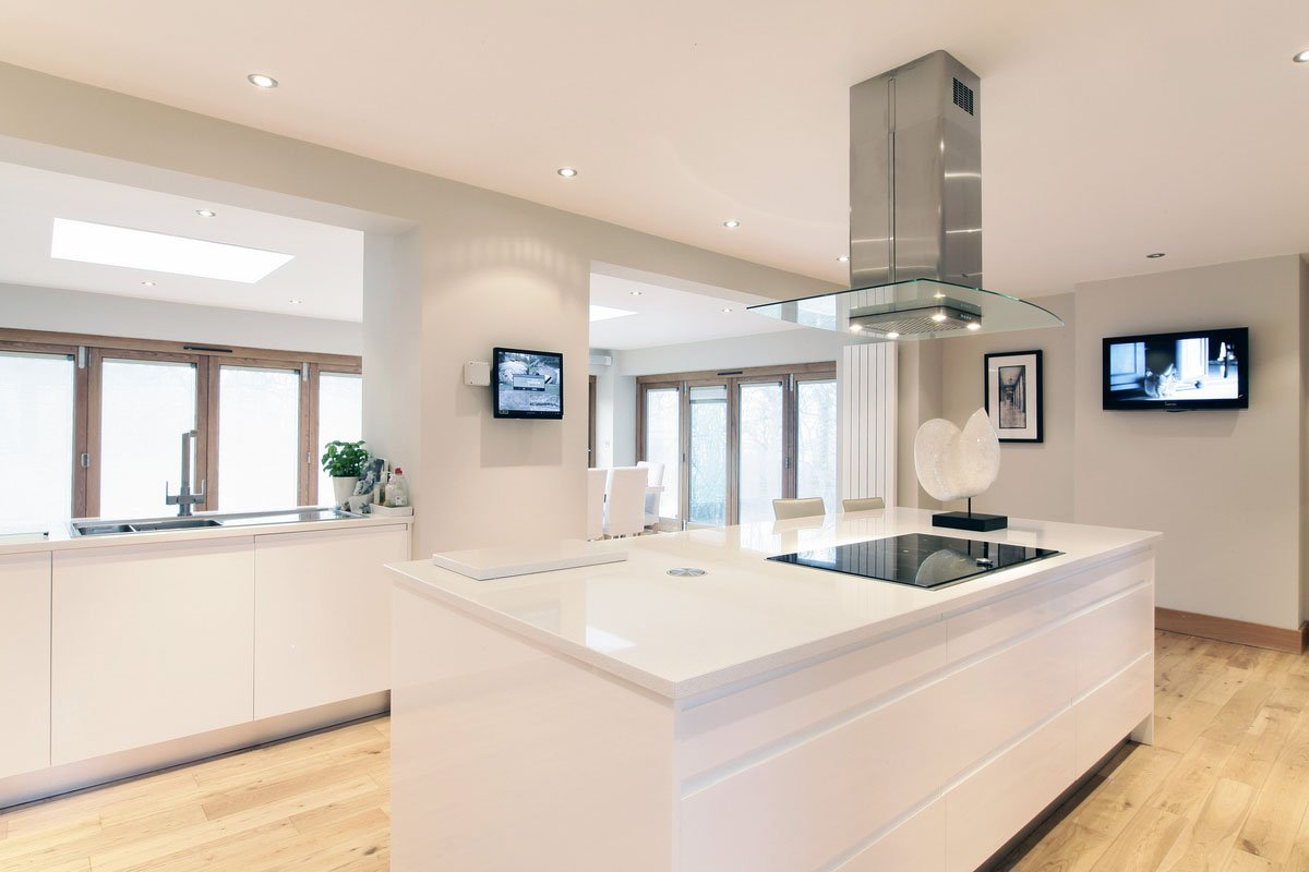 Parapan high gloss bespoke fitted kitchen for Fitted kitchen designs