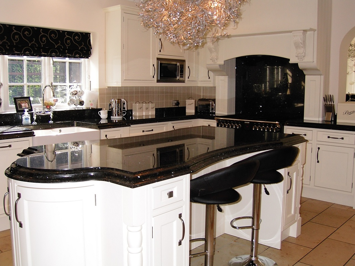 Traditional White Shaker With Emerald Pearl Granite Bespoke Fitted Kitchen